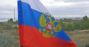 Drapeau russe ondulant dans le vent sur un fond des montagnes et de la nature Drapeau de l'ondulation de la Russie nature russe d clips vidéos