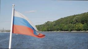 Drapeau russe sur le bateau banque de vidéos