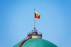 Drapeau russe sur le palais de sénat à Moscou Kremlin images libres de droits