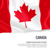 Drapeau soyeux de Canada ondulant sur un fond blanc d'isolement avec le secteur blanc des textes pour votre message d'annonce Images libres de droits