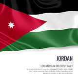 Drapeau soyeux de la Jordanie ondulant sur un fond blanc d'isolement avec le secteur blanc des textes pour votre message d'annonc Photographie stock