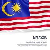 Drapeau soyeux de la Malaisie ondulant sur un fond blanc d'isolement avec le secteur blanc des textes pour votre message d'annonc Image libre de droits