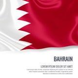 Drapeau soyeux du Bahrain ondulant sur un fond blanc d'isolement avec le secteur blanc des textes pour votre message d'annonce Photos stock