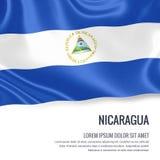 Drapeau soyeux du Nicaragua ondulant sur un fond blanc d'isolement avec le secteur blanc des textes pour votre message d'annonce Photos libres de droits