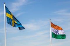 Drapeau suédois et indien avec un ciel bleu Photos libres de droits