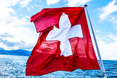 Drapeau suisse avec la mer Photo stock