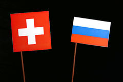 Drapeau suisse avec le drapeau russe sur le noir Image libre de droits