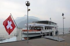 Drapeau suisse sur le bateau Gotthard de moteur de passager photos libres de droits