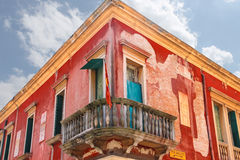 Drapeau sur le balcon du vieux manoir à Venise, Italie Photos libres de droits