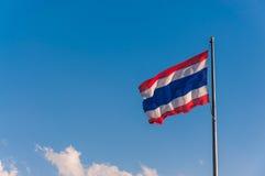 Drapeau thaïlandais avec le ciel et le nuage Photo stock