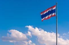 Drapeau thaïlandais avec le ciel et le nuage Photographie stock libre de droits