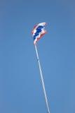 Drapeau thaïlandais de la Thaïlande ondulant sur le ciel bleu Photo stock