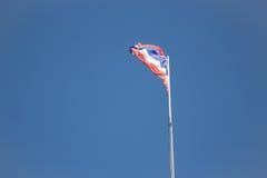 Drapeau thaïlandais de la Thaïlande ondulant sur le ciel bleu Image libre de droits