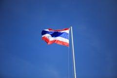 Drapeau thaïlandais de ondulation avec le ciel bleu Images libres de droits