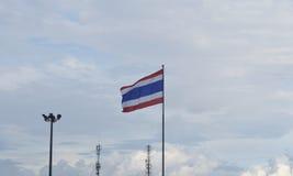 Drapeau thaïlandais ondulant contre le ciel Photos stock