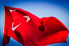 Drapeau turc énorme sur le ciel bleu Photo stock