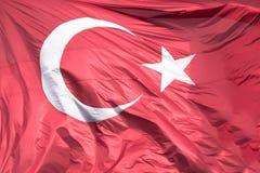Drapeau turc flottant dans le ciel Photographie stock libre de droits