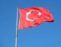 Drapeau turc ondulant dans le ciel bleu, Istanbul Images stock