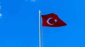 Drapeau turc ondulant en ciel bleu Photographie stock