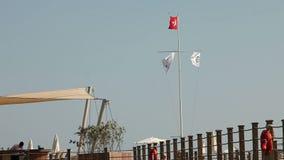 Drapeau turc ondulant en ciel bleu, drapeau de la Turquie dans le vent clips vidéos