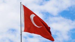 Drapeau turc ondulant sur le ciel bleu Fin vers le haut banque de vidéos