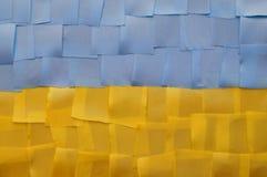 Drapeau ukrainien d'un morceau de tissu Photographie stock
