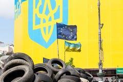 Drapeau ukrainien et européen sur les barricades des pneus à Kiev sur la place de l'indépendance Images stock