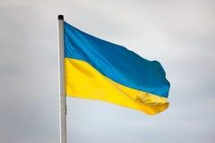 Drapeau ukrainien ondulant contre le ciel Image libre de droits