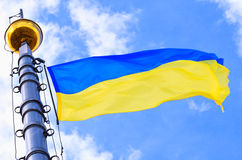 Drapeau ukrainien soufflant dans le vent Photo stock