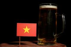 Drapeau vietnamien avec la tasse de bière sur le noir Photos libres de droits