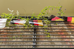 Drapeaux allemands accrochant sur un balcon Photographie stock libre de droits