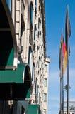 Drapeaux allemands sur la rue de Berlin Photos stock