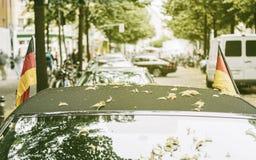 Drapeaux allemands sur une voiture Photographie stock