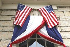 Drapeaux américains au-dessus d'une fenêtre Images stock