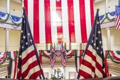 Drapeaux américains au vieux tribunal à St Louis du centre Photographie stock libre de droits