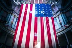 Drapeaux américains au vieux tribunal à St Louis du centre Photo stock