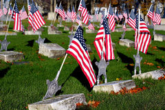 Drapeaux américains dans le cimetière de mémorial de vétérans photographie stock