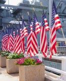 Drapeaux américains devant le cuirassé d'USS Missouri image libre de droits