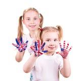 Drapeaux américains et anglais sur les mains de l'enfant. Photo libre de droits