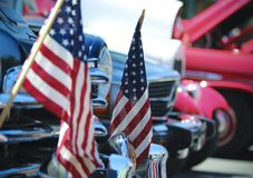 Drapeaux américains et Chrome, un quatrième de Car Show de juillet Photographie stock libre de droits