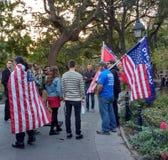 Drapeaux américains et défenseurs d'atout, Washington Square Park, NYC, NY, Etats-Unis Images libres de droits