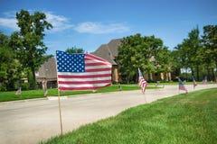 Drapeaux américains montrés en l'honneur du le 4ème juillet Image libre de droits