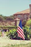 Drapeaux américains montrés en l'honneur du le 4ème juillet Photos stock