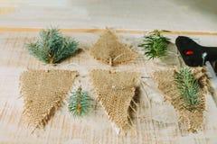 Drapeaux, arme à feu de colle et branches décoratifs de sapin Décor d'an neuf Photo stock