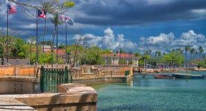 Drapeaux au bord de la baie, Paseo de la Princesa, vieux San Juan, Puerto Rico images stock