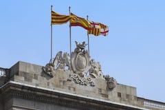 Drapeaux au-dessus de la ville hôtel de Barcelone Images libres de droits