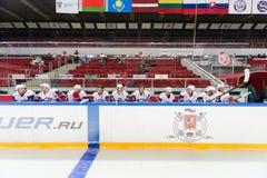 Drapeaux au-dessus des joueurs sur la cérémonie fermante Image libre de droits