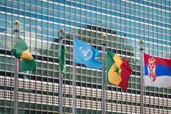 Drapeaux aux siège des Nations Unies - New York, Etats-Unis Photographie stock