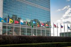 Drapeaux aux siège des Nations Unies - New York, Etats-Unis Photo libre de droits
