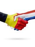 Drapeaux Belgique, pays néerlandais, concept de poignée de main d'amitié d'association Photos libres de droits